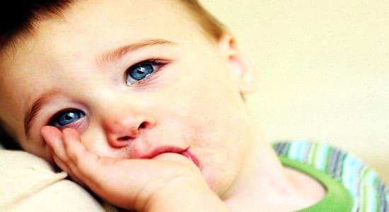 Как правило, взрослые начинают бить тревогу, если ребенок сосет пальцы или